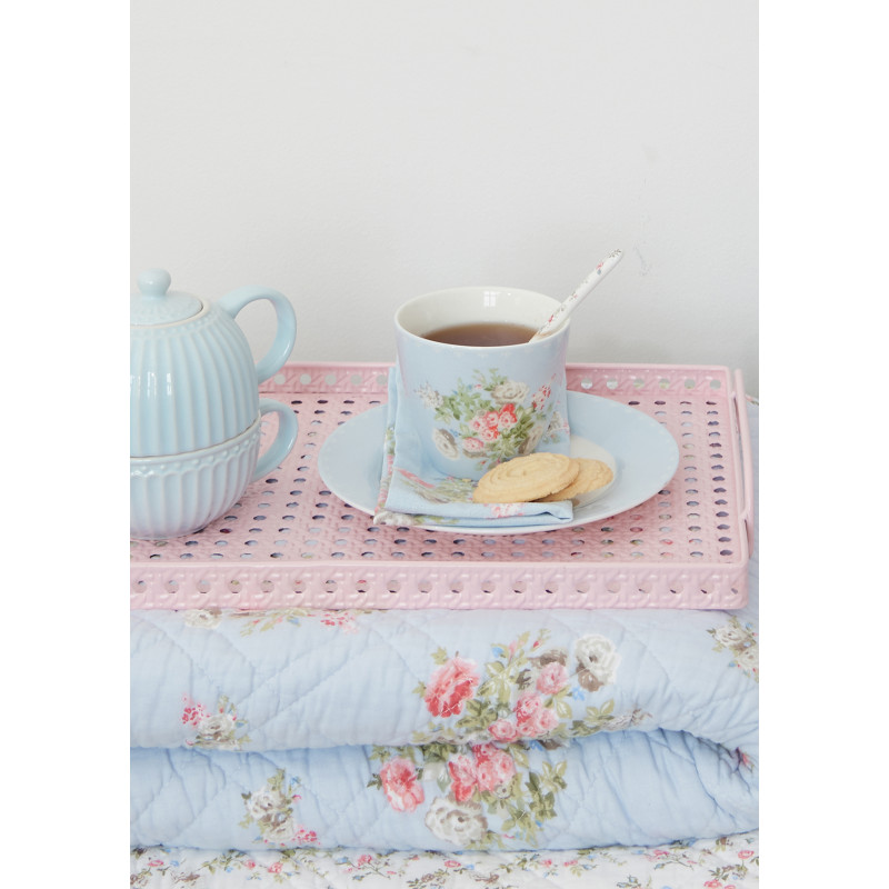 Greengate PETRICIA Pale Blue Latte Cup und Teller Porzellan Tasse Blau mit Blumen Becher auf Tablett und Quilt Decke 140x220 aus Baumwolle