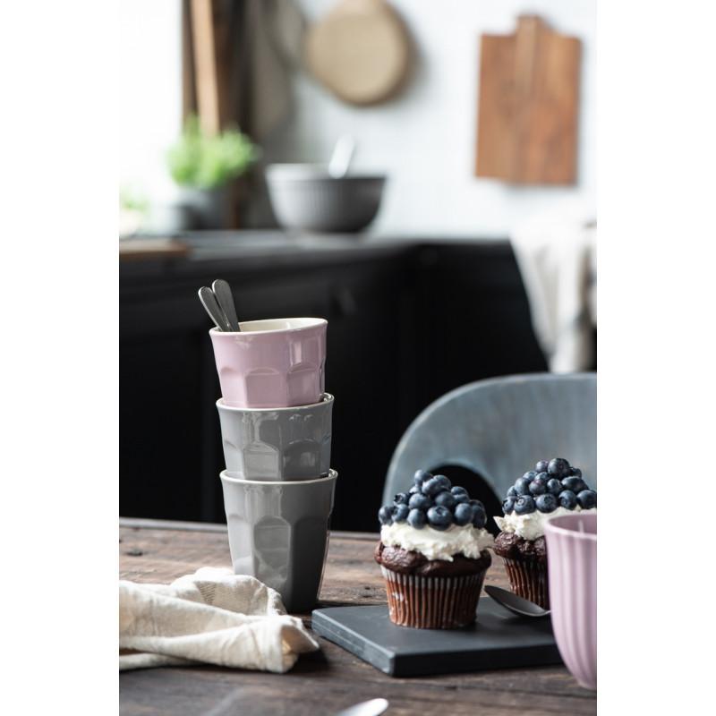 IB Laursen Mynte Cafe Latte Becher Granite Grau Keramik Geschirr Stapel mit Lavendel und Blaubeermuffins