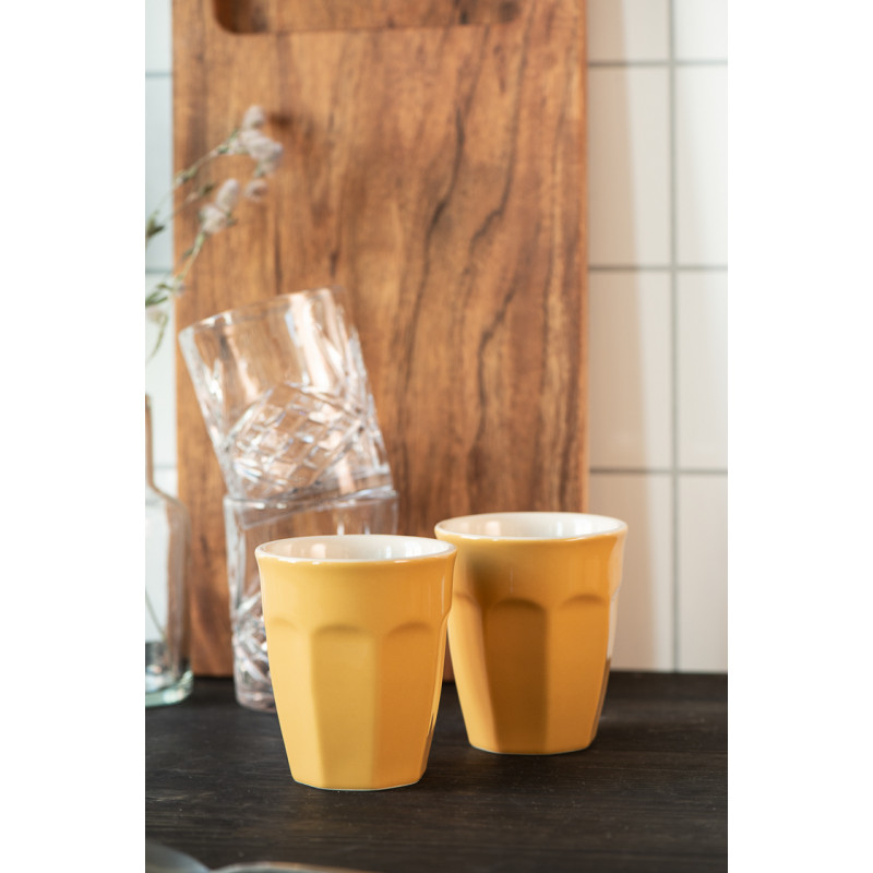 IB Laursen Mynte Cafe Latte Becher Mustard Gelb Keramik Geschirr Hygge vor Glas und Holzbrett