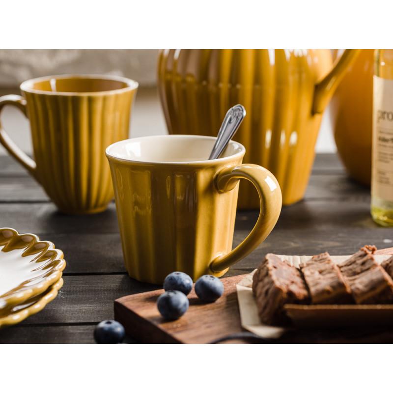 IB Laursen Mynte Shop Geschirr Gelb Senfgelb Mustard Becher mit Henkel Krug Teller und Holzbrett