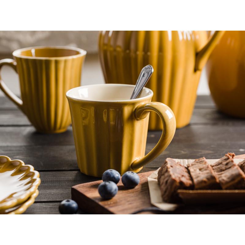IB Laursen Mynte Shop Geschirr Gelb Senfgelb Mustard Becher mit Henkel Krug und Unika Holzbrett mit Kuchen