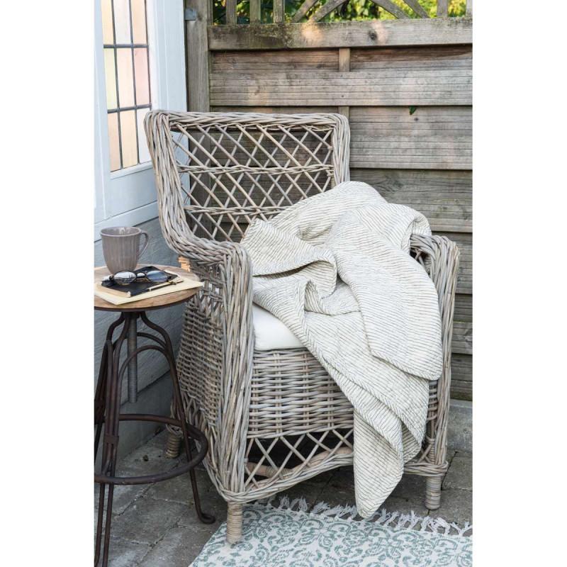 IB Laursen Quilt sand gestreift Plaid creme Tagesdecke mit Streifen auf Rattan Stuhl