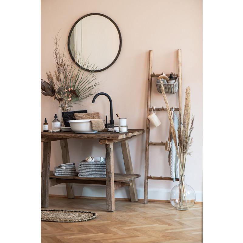 IB Laursen Schale Waschgefäß Emaille Schüssel als Waschschüssel Waschbecken auf Unika Tisch und Holzleiter rustikal skandinavisches Design
