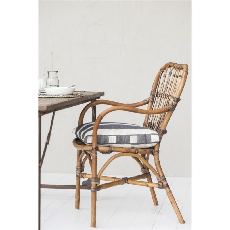 IB Laursen Sitzkissen schwarz mit Streifen Kissenhülle auf Rattan Stuhl