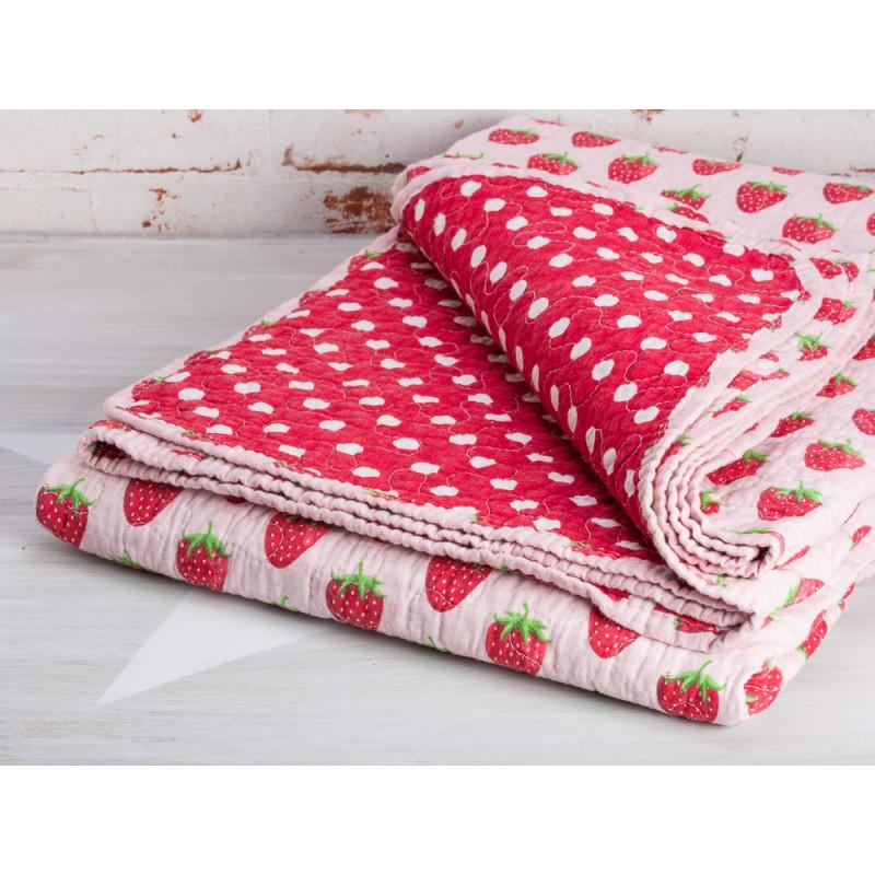 Krasilnikoff Decke Erdbeere Quilt rosa mit roten Erdbeeren Rückseite rot mit weißen Punkten