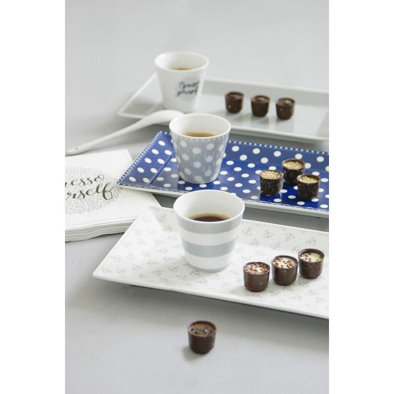 Krasilnikoff Tablett Kuchenteller Punkte blau Nadelstreifen dunkelgrau und Anker klein grau mit Espressotassen seitlich