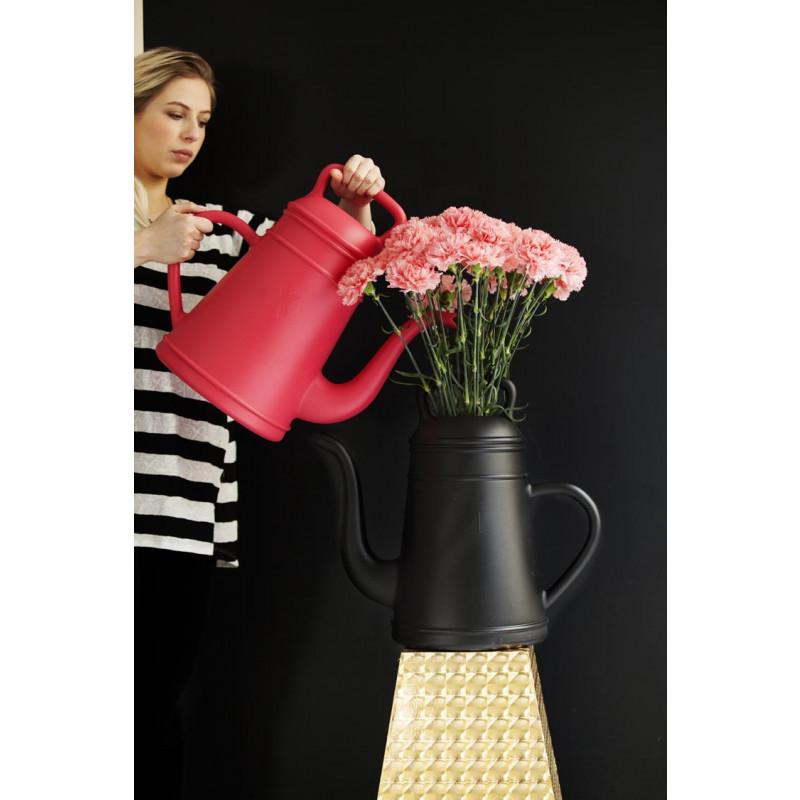 Lungo Gießkanne schwarz als Vase mit Blumen Xala Design Wasserkanne
