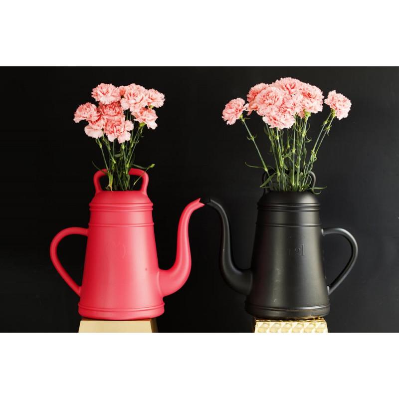 Lungo Gießkanne schwarz und rot als Blumenvase von Xala