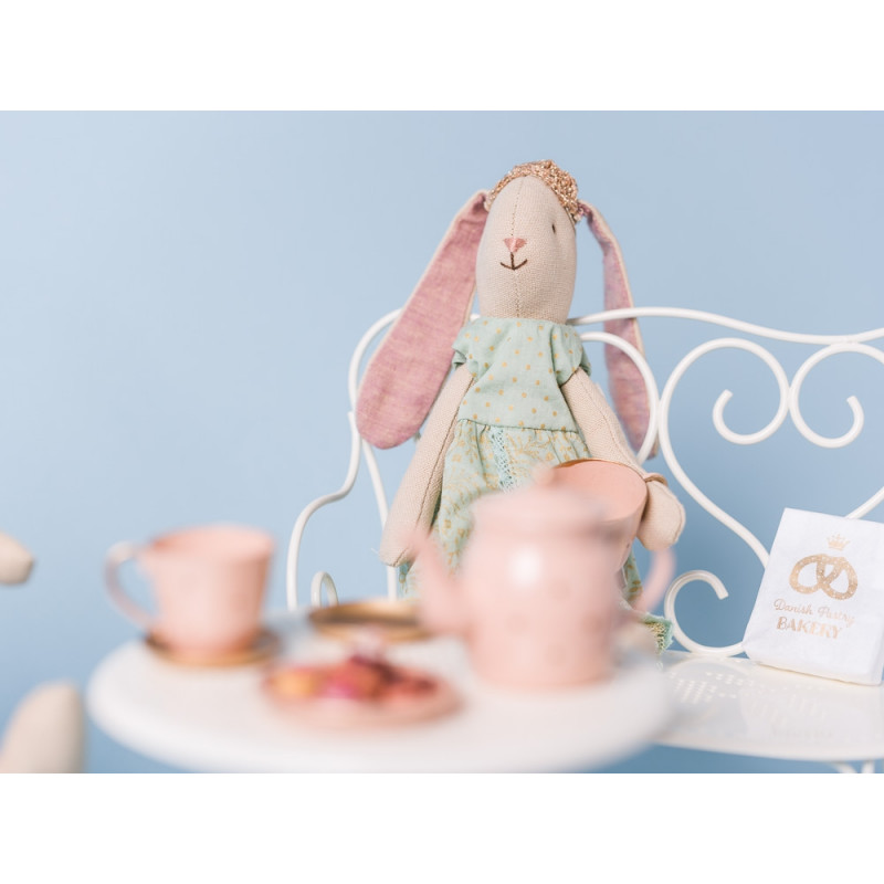 Maileg Bunny Prinzessin Mini Hase grün mit Krone auf Bank am Kaffee Tisch
