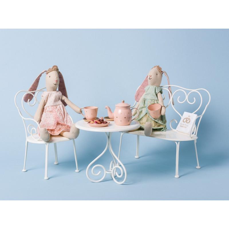 Maileg Bunny Prinzessin Mini Hase mit Krone und Kleid in rosa und grün auf Gartenbank und Stuhl