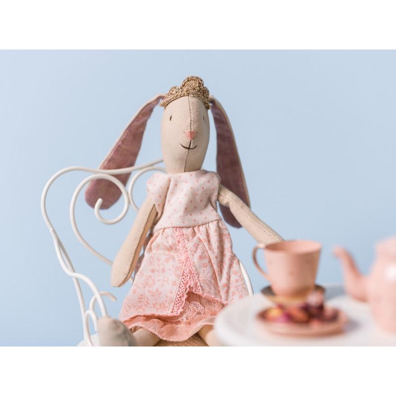Maileg Bunny Prinzessin Mini Hase rosa mit Krone auf Stuhl am Kaffee Tisch