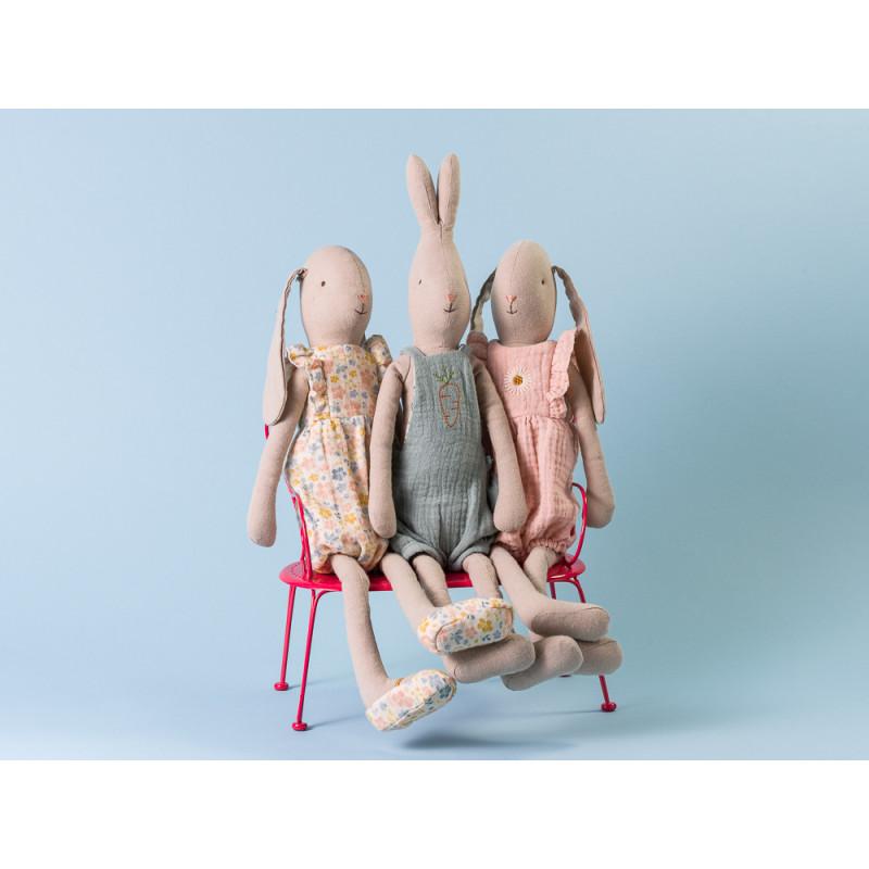 Maileg Hase Bunny und Rabbit Jumpsuit und Overall sitzen auf roter Metall Bank
