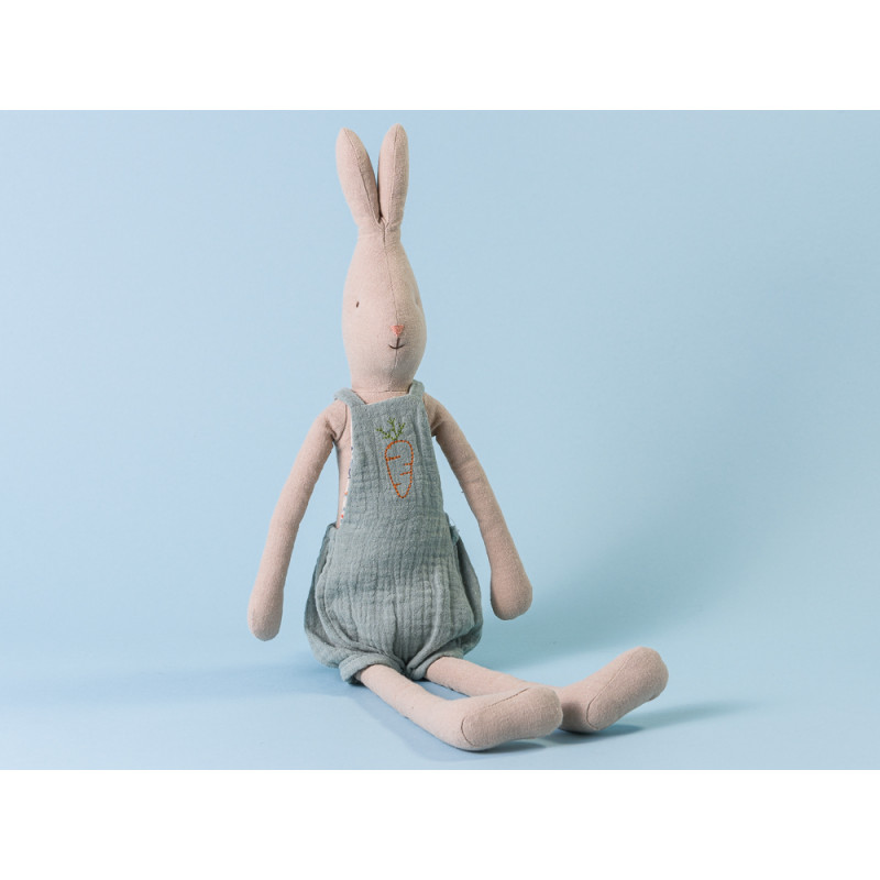 Maileg Hase Rabbit im Overall blau mit Karotten Stickerei Size 3 49 cm hoch