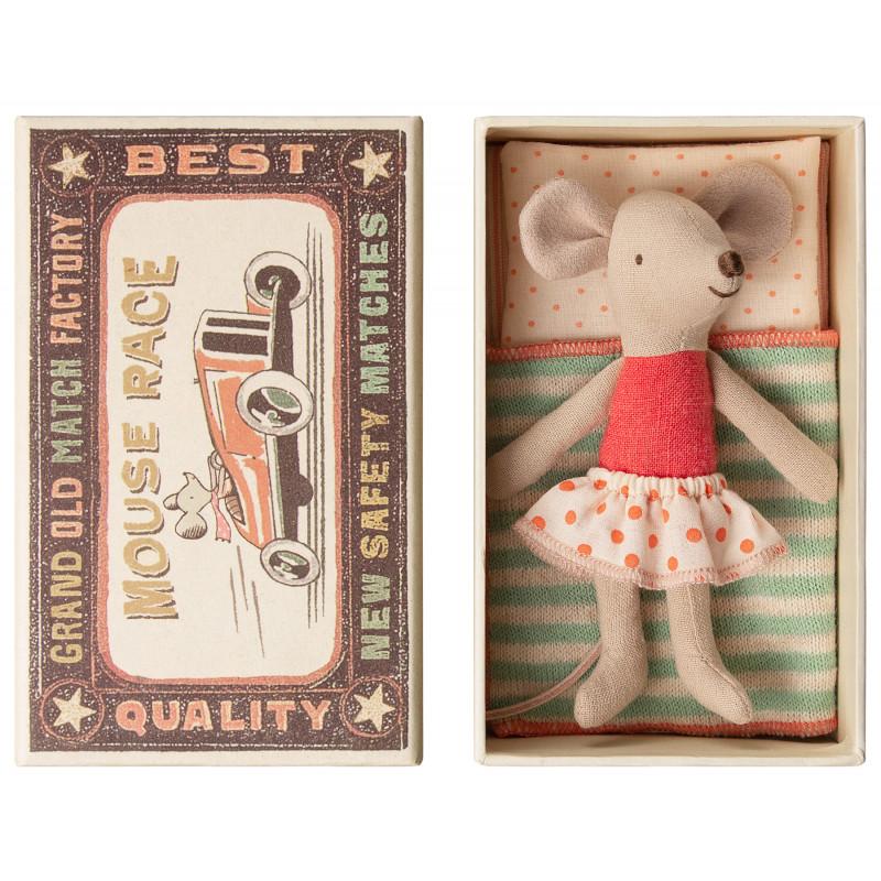 Maileg Maus Kleine Schwester im rot weiß gepunktetem Rock in kleiner Streichholzschachtel mit gestreifter Decke 10 cm