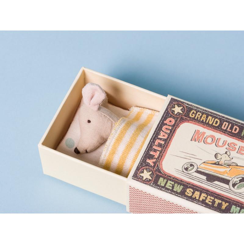 Maileg Maus kleine Schwester in Box mit gelber gestreifter Decke und Kissen in Streichholzschachtel