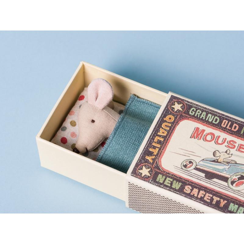 Maileg Maus kleiner Bruder in Box mit blauer Decke und Kissen mit Punkten in Streichholzschachtel