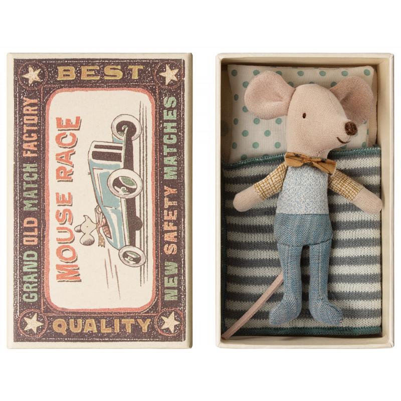 Maileg Maus Kleiner Bruder mit niedlicher Fliege in kleiner Streichholzschachtel mit gestreifter Decke 10 cm