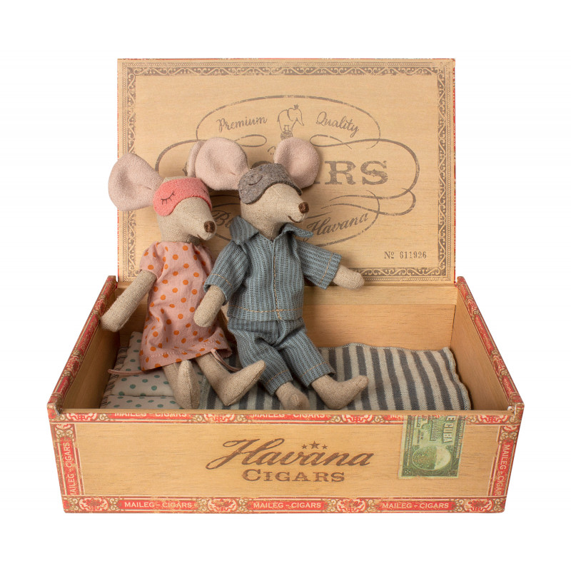 Maileg Maus Mama und Papa in Zigarrenschachtel im Pyjama mit gestreifter Decke und Kissen mit Punkten 15 cm groß
