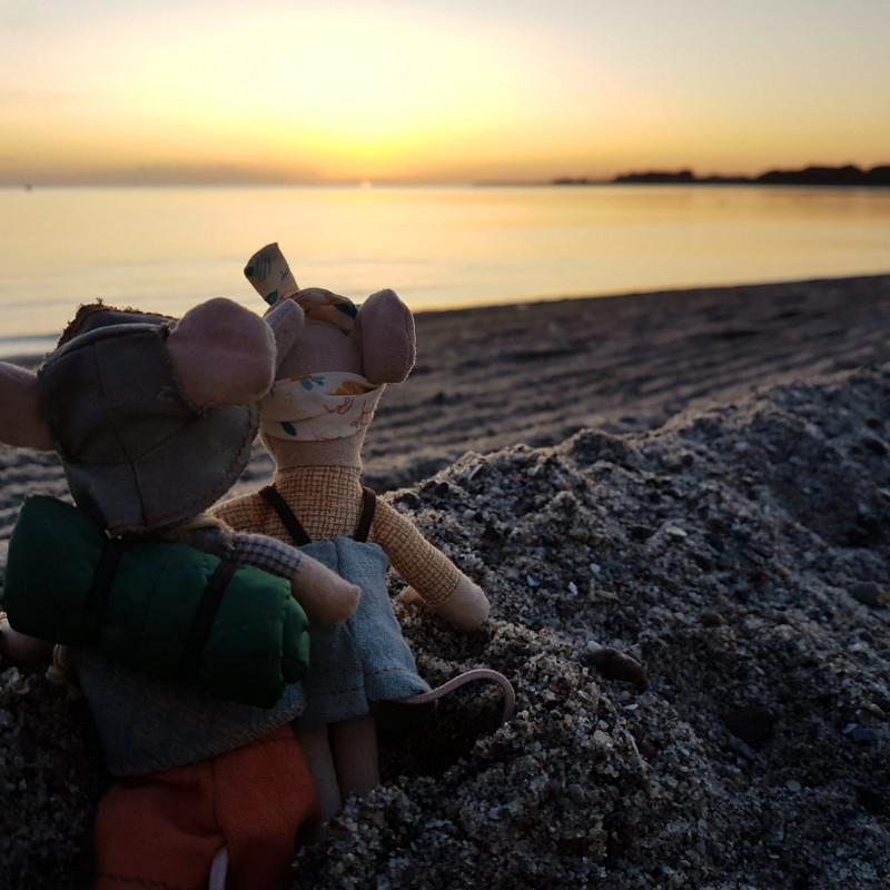 Maileg Wanderer Kleiner Bruder Maus und Kleine Schwester am Strand im Sonnenuntergang