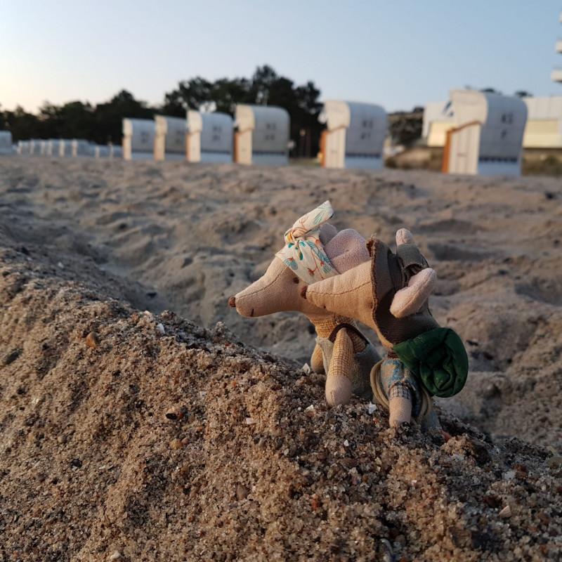 Maileg Wandermaus Kleine Schwester und Kleiner Bruder Wanderer am Strand mit Strandkörben