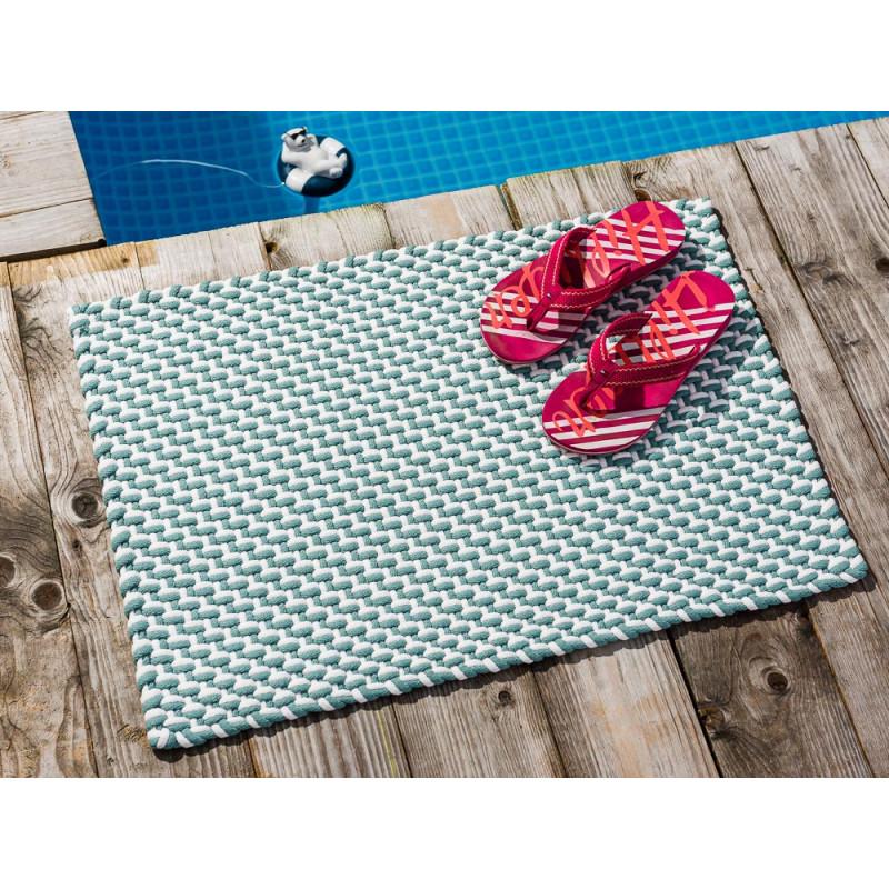 Pad Fussmatte Outdoor Teppich POOL Opal Türkis Weiss 52x72 cm zweifarbig am Schwimmbecken mit Flip Flops zum Vergleich auf Fussmatte schnelltrocknend und robust für drinnen und draussen