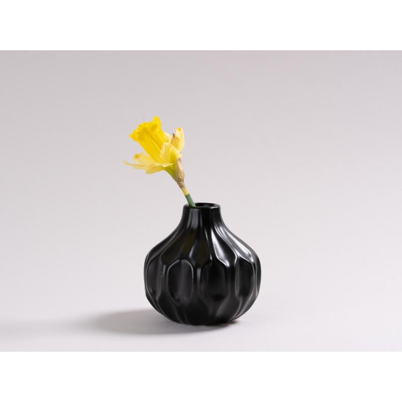 Vase Rosie schwarz matt Blumenvase aus Keramik 11 cm hoch Rillen Design modern für eine Blume mit Nelke