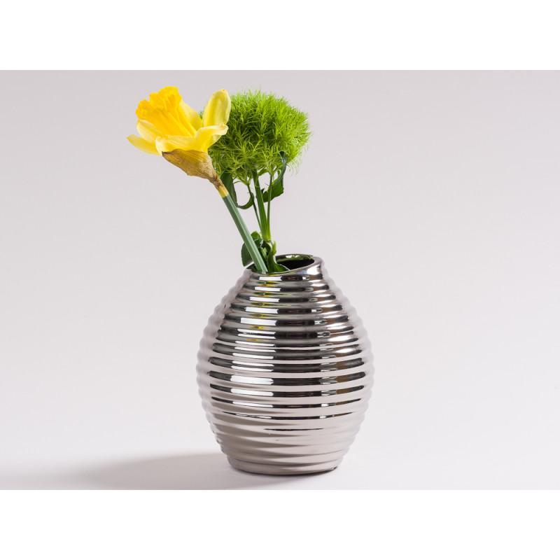 Vase Smile silber glänzende Keramik Blumenvase Deko skandinavisch mit einer Blume Narzisse und Bartnelke