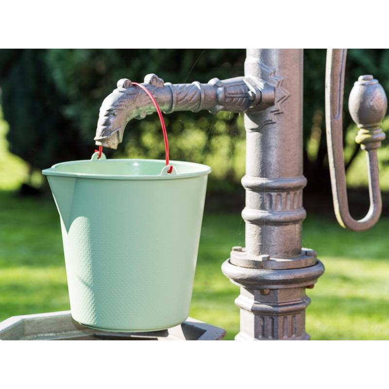 Xala Eimer Drop Grün Kunststoff mit Ausgießer roter Metall Henkel Gartendeko