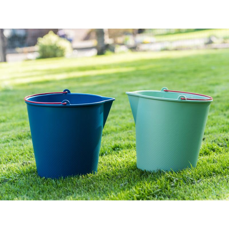 Xala Eimer Drop Grün und Blau aus Kunststoff mit Ausgießer roter Metall Henkel Gartendeko im Garten