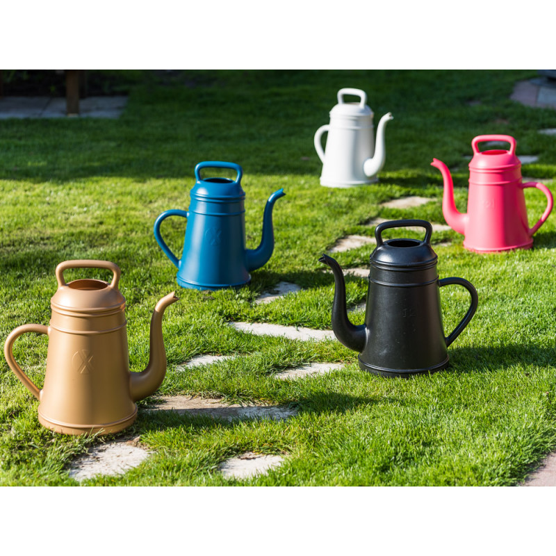 Xala Lungo Giesskanne gold weiss pink schwarz und blau Kaffeekanne aus Kunststoff 12 Liter individuelles Design im Garten