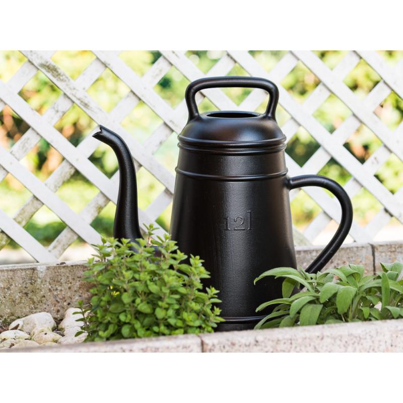 Xala Lungo Giesskanne schwarz Kaffeekanne aus Kunststoff 12 Liter belgisches Design im Kräuterbeet
