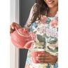 Greengate ALICE Latte Cup und Teekanne Coral Kaffee Becher Schalen und Kuchenteller aus der Everyday Geschirr Kollektion Koralle mit Frau in Blumen Schürze