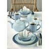 Greengate Alice Sky Blue und Pale Blue Tischdeko mit Eierbecher Schale Suppenteller und Essteller Becher Teekanne Milchkanne Mini Cup und Zuckerdose Keramik Geschirr in Blau auf Leinen Decke