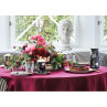 GreenGate Tischdecke bordeaux rot Gigi 150x250 Gate Noir Gedeckter Tisch mit Porzellan Geschirr Amelie Becher Krug und Teller
