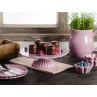 IB Laursen Mynte Shop Geschirr Lavendel Lila Lavender Tortenplatte mit Schoko und Beeren Dekoration mit Krug Muffinform Geschirrtuch und Teller