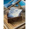 IB Laursen Ziegelform Kiste mit Henkeln aus Holz UNIKA Kiste 25x30 mit Geschirrtuch DONNA Blau Weiss mit Blumen und VIVI Pale Blue Check mit Karo Muster