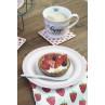 Krasilnikoff Teller rosa gestreift auf Geschirrtuch mit Erdbeeren Untersetzer und Happy Mug Becher Hygge