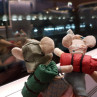 Maileg Wanderer Kleine Schwester und kleiner Bruder am Bahnhof Gleich geht die große Reise los