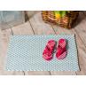 Pad Outdoor Teppich Fussmatte POOL Opal Türkis Weiss 52x72 cm zweifarbig auf der Terrasse mit Badelatschen zum Vergleich Matte robustes Gewebe zeitloses Design