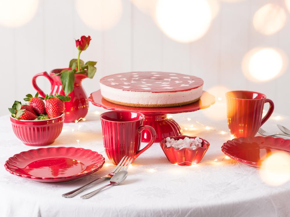 Ausgefallene Tischdekoration Hochzeitsdekoration Tischdeko knallig rot mit Mynte Teller Becher Schalen Kannen Muffinschalen und Besteck Rose Torte Erdbeeren no Mainstream