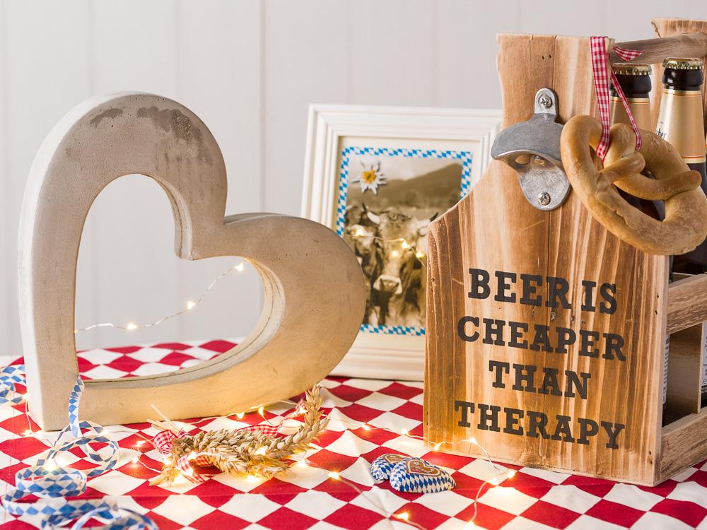 Bayerische Hochzeitstischdekoration Hochzeit Hochzeiotsdeko mit Rautenmuster Krasilnikoff Tischdecke Beton Herz Bilderrahmen und Flaschentraeger Beer Therapy mit Bieröffner