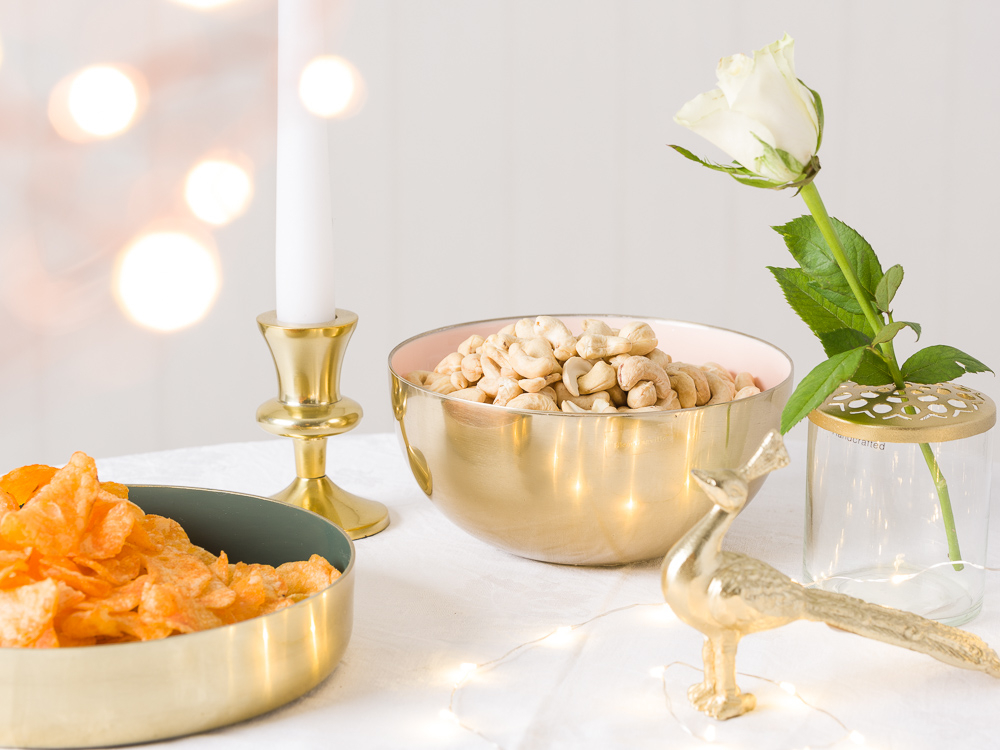 Festliche Hochzeitsdeko Tischdekoration Tisch Feier für Gaeste mit Bloomingville gold Schalen Kerzenhalt Pfau und A Simple Mess Vase