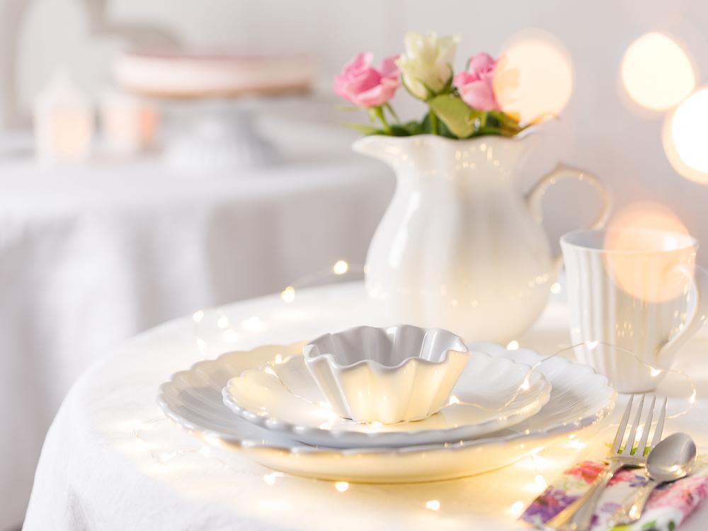 Festliche Hochzeitsdeko Tischdekoration Tisch Feier für Gaeste mit Mynte Geschirr Teller Becher Kanne Muffinform Tortenplatte und Besteck in weiss