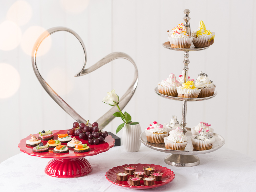 Kleines Fest mit engen Freunden Hochzeit Tischdekoration mit romantischer Etagere Mynte rot Tortenplatte Teller Vase und Deko Herz in silber Kanapees und Cupcakes