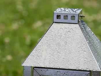 Metall Laterne verzinkt für Garten im Regen