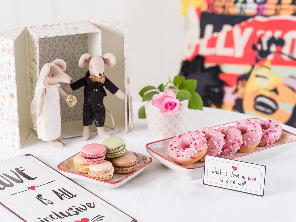 Mottohochzeit Tischdekoration Hochzeitsdeko Idee rockig Rock & Roll und Hollywood mit IB Laursen Herzen Maileg Hochzeitspaar Maeuse Metalschilder und Pad Kissen Donuts und Macarons