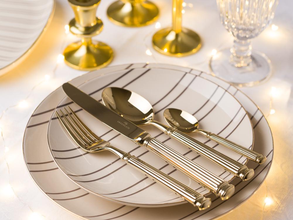 Romantische Hochzeit Hochzeitsdeko Tischdekoration glamouröse Ideen in gold Gate Noir Greengate Besteck und Bloomingville Ava Geschirr Teller Platten Kerzenhalter und Glas