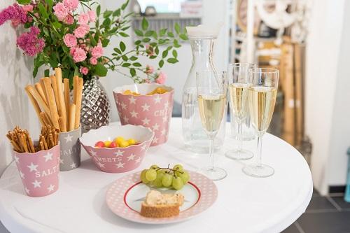 Wohnaccessoires wohnhaus welten showroom vase silva silber chips schale rosa krasilnikoff sweets salty salzstangen hellgrau kuchenteller sterne