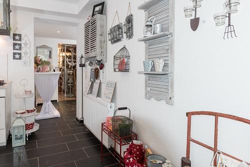 Wohnaccessoires wohnhaus welten showroom weinkisten stallfenster vintage deko stern bilderrahmen wandregal jimmy etagere krasilnikoff krug