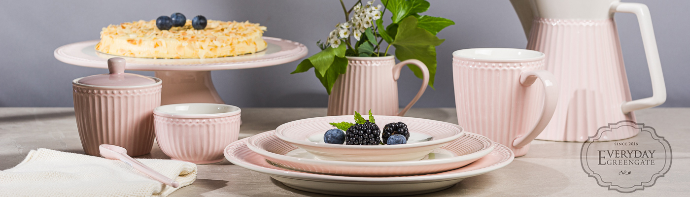 Greengate Shop - Everyday Geschirr Alice in Rosa Pink Pale - Teller Becher Schalen Tortenplatte Milchkanne und Kaffeebereiter - pastelligen Charme für jeden Tag